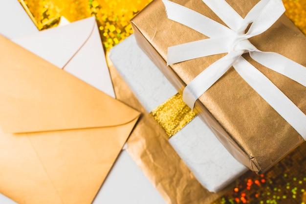 Close-up van presenteert met enveloppen Gratis Foto
