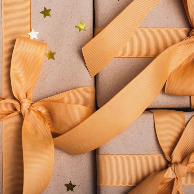 Close-up van presenteert met gouden sterren en lint Gratis Foto