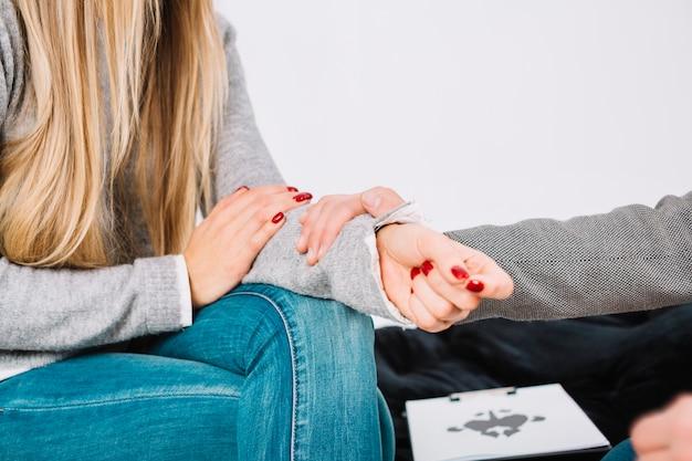 Close-up van psycholoog die steun geeft aan de vrouwelijke patiënt Premium Foto