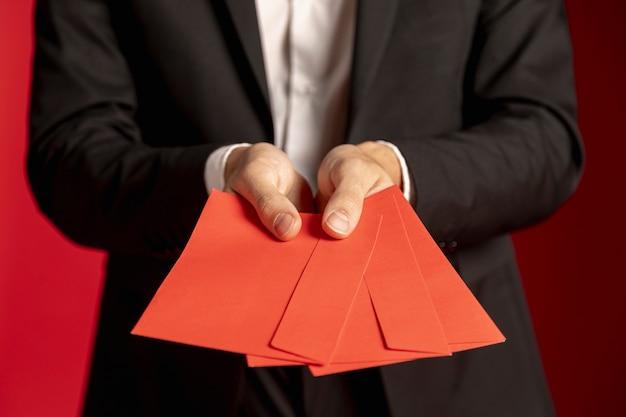 Close-up van rode enveloppen voor chinees nieuw jaar Gratis Foto