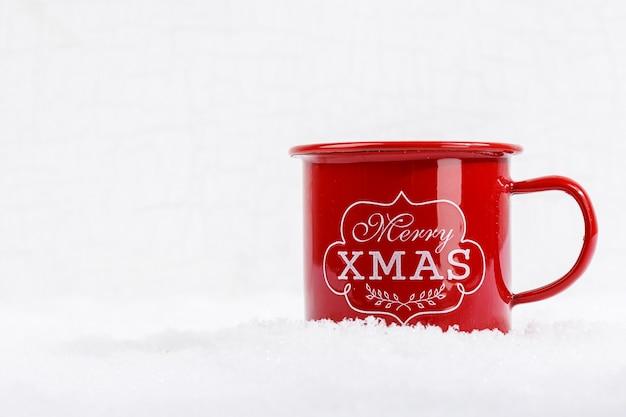 Close-up van rode kop met woorden vrolijke kerstmis op sneeuw Gratis Foto