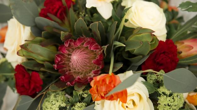 Close-up van roze gerbera en roze bloem in het boeket Gratis Foto
