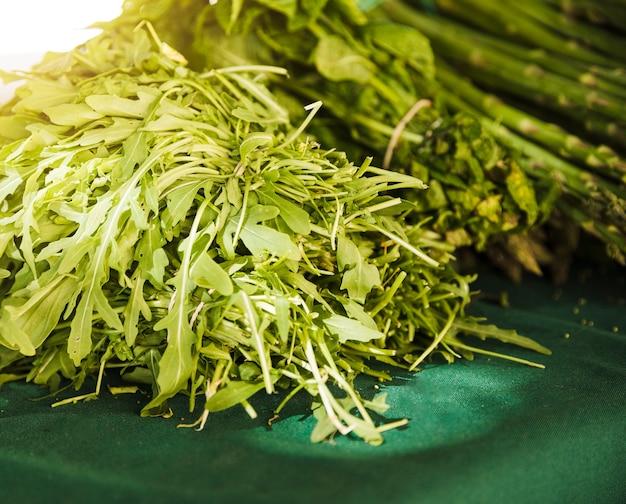 Close-up van rucola verlaat op plantaardige markt Gratis Foto