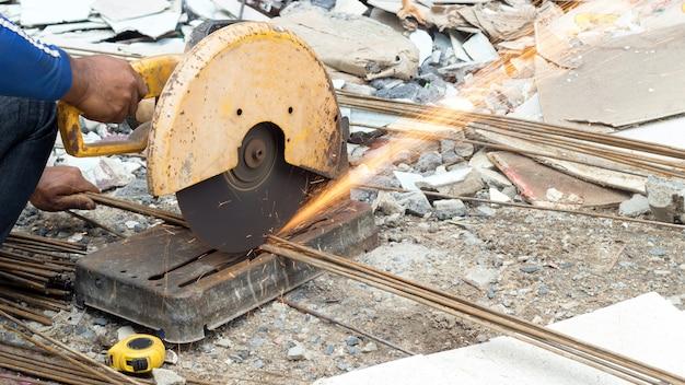 Close-up van snijdende staallijnindustrie met elektrisch zaaglassen in gevaarlijke activiteiten Premium Foto