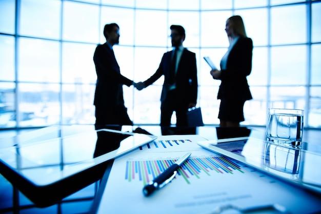 Close-up van staafdiagram met leidinggevenden onderhandelen achtergrond Gratis Foto