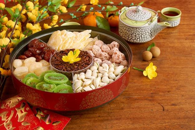 Close-up van traditionele vietnamese snacks en desserts op schotel op de lijst Gratis Foto