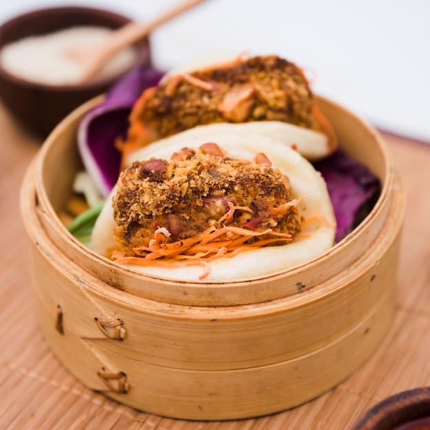 Close-up van traditionele voedselgua bao in bamboestoomboot Gratis Foto