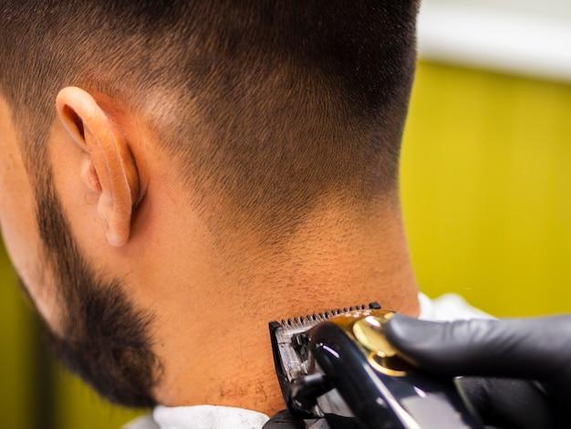 Close-up van trimmer op de achterkant van het hoofd van de klant Gratis Foto