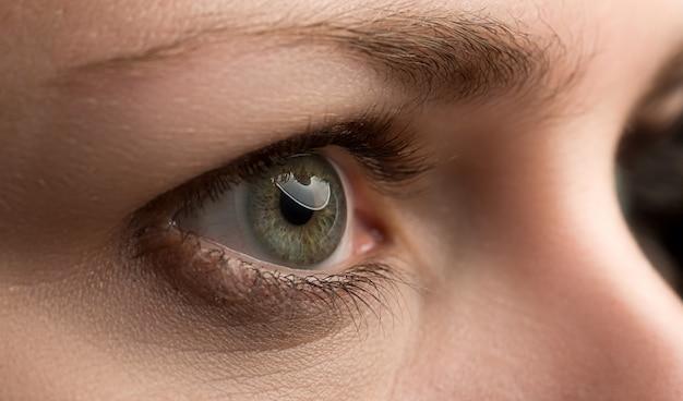 Close-up van verbazend vrouwelijk smaragdgroen gekleurd juist oog Premium Foto