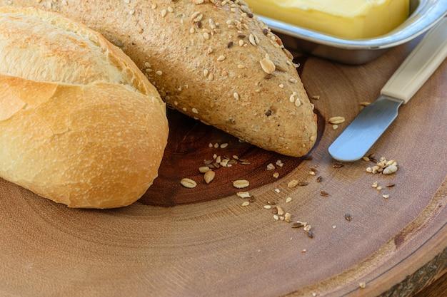 Close-up van vers brood en boter Premium Foto