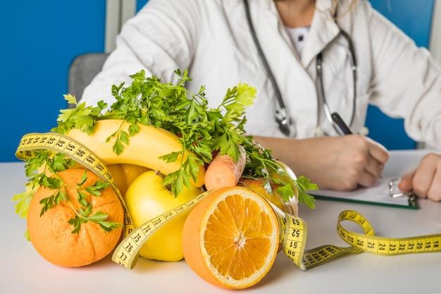 Close-up van vers fruit in diëtistenkliniek Gratis Foto