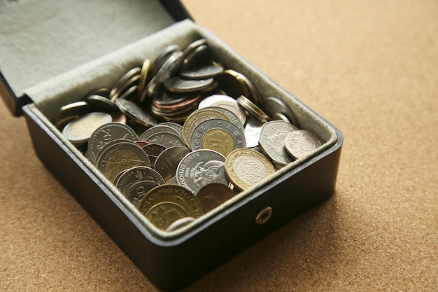 Close-up van verschillende munten in een doos op tafel Gratis Foto