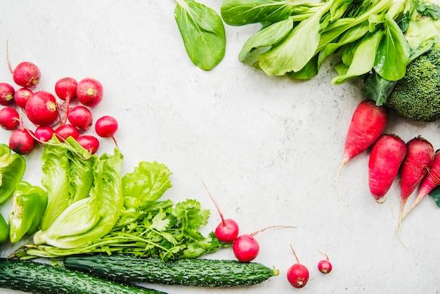 Close-up van verschillende rauwe groenten op witte achtergrond Gratis Foto