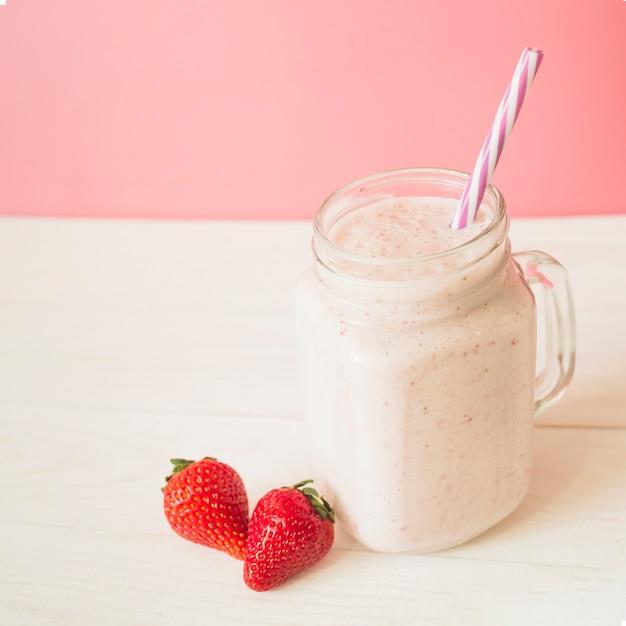 Close-up van verse aardbeien smoothie in pot Gratis Foto