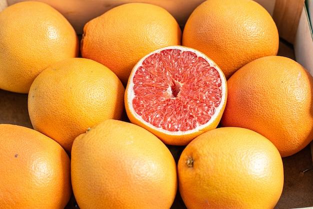 Close up van verse sinaasappelen en grapefruits Gratis Foto