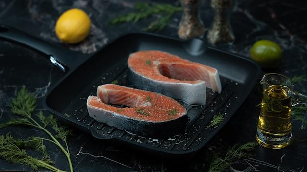 Close-up van verse zalmlapjes vlees Premium Foto