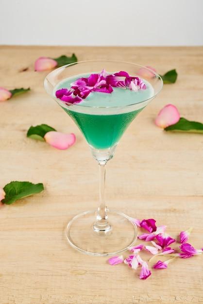 Close-up van versierde groene cocktail op de vloer Gratis Foto