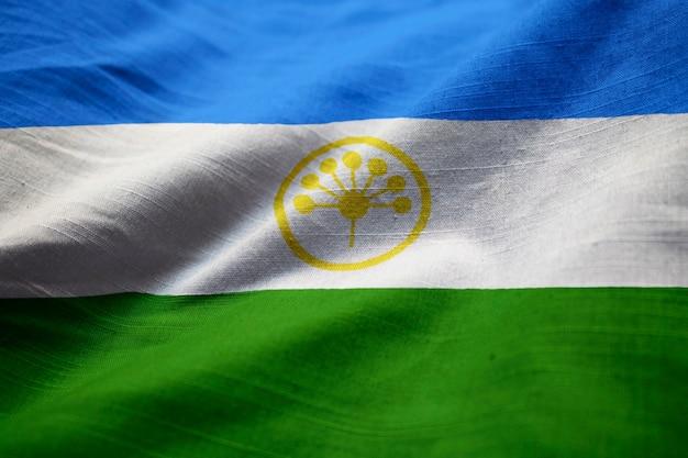 Close-up van verstoorde bashkortostan vlag, bashkortostan vlag waait in de wind Premium Foto