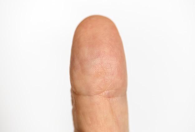 Close-up van vinger op witte achtergrond wordt geïsoleerd die Gratis Foto