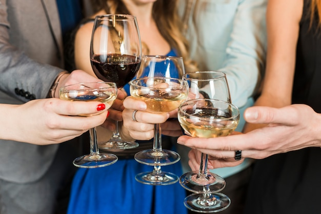 Close-up van vrienden die dranken roosteren bij partij Gratis Foto