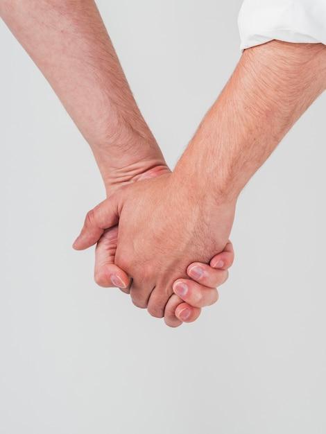 Close-up van vrolijke paar hand in hand Gratis Foto