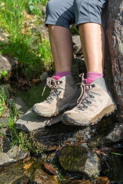 Close up van vrouw benen in wandelaar schoenen Premium Foto