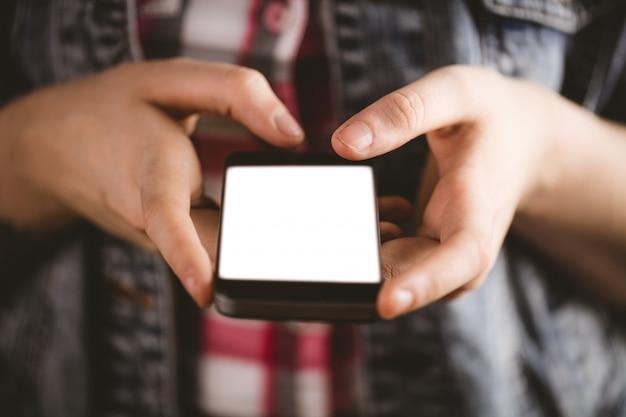 Close-up van vrouw die mobiele telefoon met behulp van Premium Foto