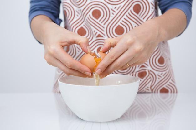 Close-up van vrouw koken favoriete dessert Gratis Foto