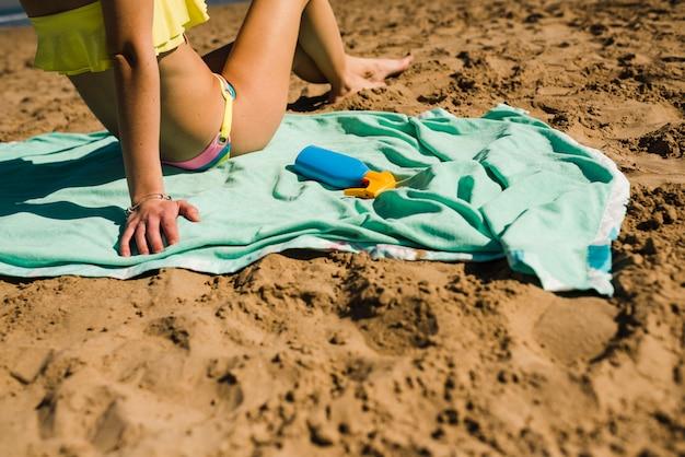 Close-up van vrouw ontspannen op het zandstrand Gratis Foto
