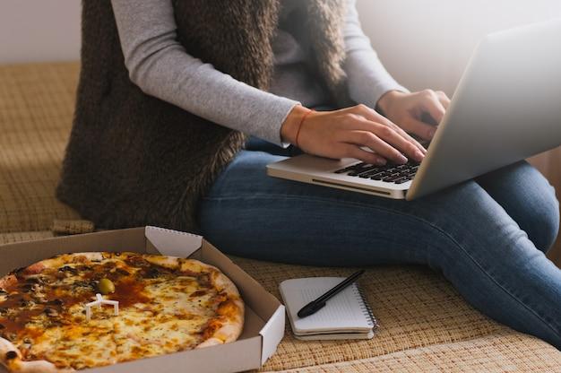 Close-up van vrouwelijke handen met behulp van laptop op kantoor Premium Foto
