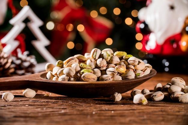 Close-up van wat geroosterde pistache op rustieke oude houten tafel Premium Foto