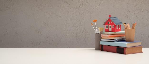Close-up van werkruimte met elementen van de school en kopieer de ruimte op witte tafel in de woonkamer Premium Foto