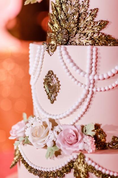 Close-up van witte huwelijkscake met bloemen. grote bruidstaart. decortrends. huwelijksceremonie. Premium Foto