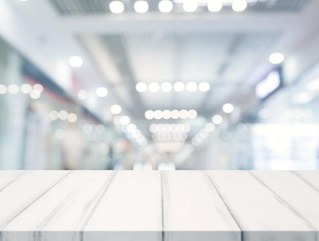 Close-up van witte tafelblad voor verlichte bokeh achtergrond wazig Gratis Foto