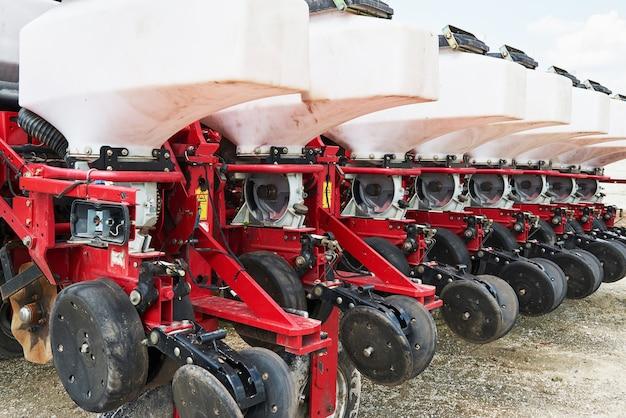 Close-up van zaaimachine in bijlage aan tractor in veld. Gratis Foto