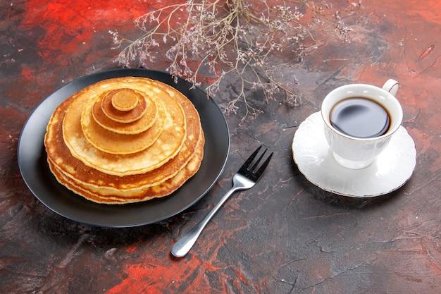 Close-up van zelfgemaakte pannenkoeken met acup thee Gratis Foto