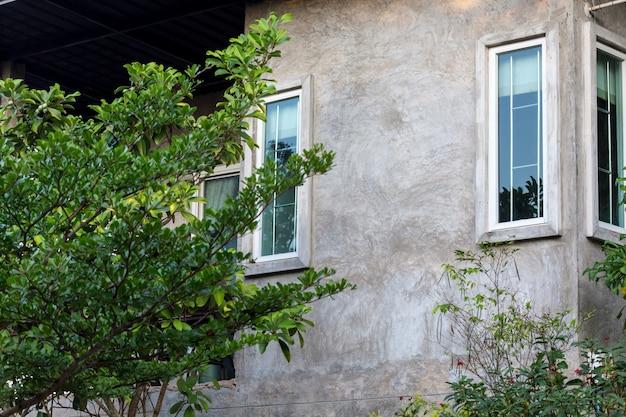 Close-up van zolderstijl van huis in groene tuin Premium Foto