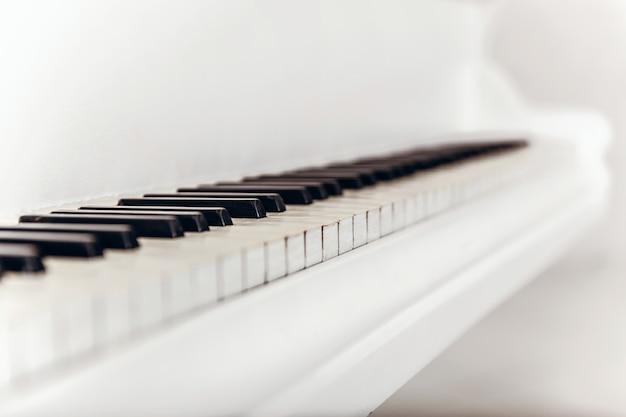 Close-up van zwart-witte pianotoetsen. type diagonaal Premium Foto
