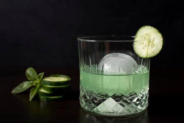 Close-up verfrissende alcoholische drank met komkommer Gratis Foto
