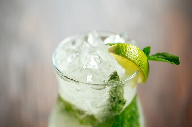 Close-up verfrissende mojito cocktail ijs limoen munt Premium Foto