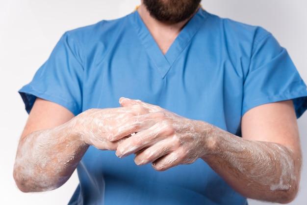 Close-up verpleegster handen desinfecteren Gratis Foto
