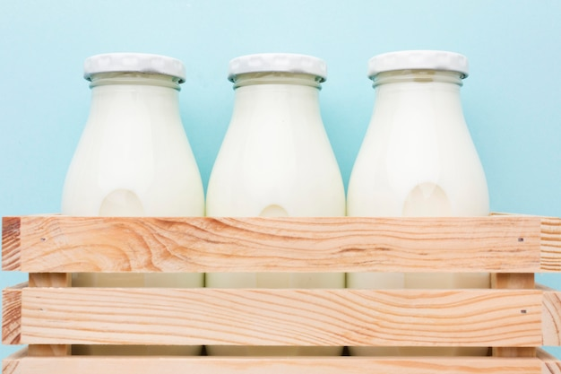 Close-up verse flessen melk klaar om te worden geserveerd Gratis Foto