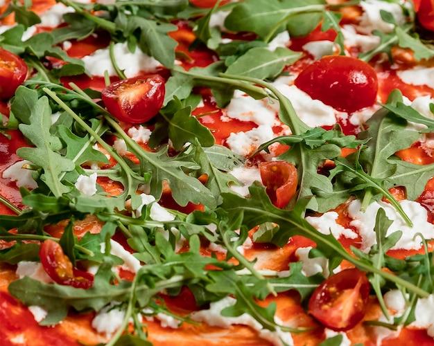 Close-up verse pizza met zalm Gratis Foto
