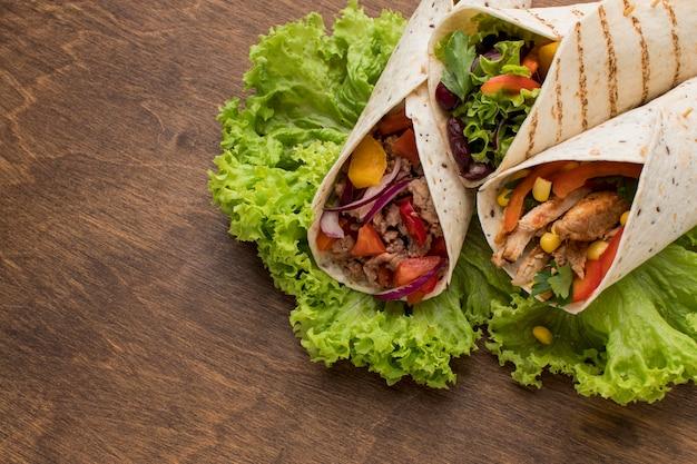 Close-up verse tortilla wraps met groenten en vlees Gratis Foto