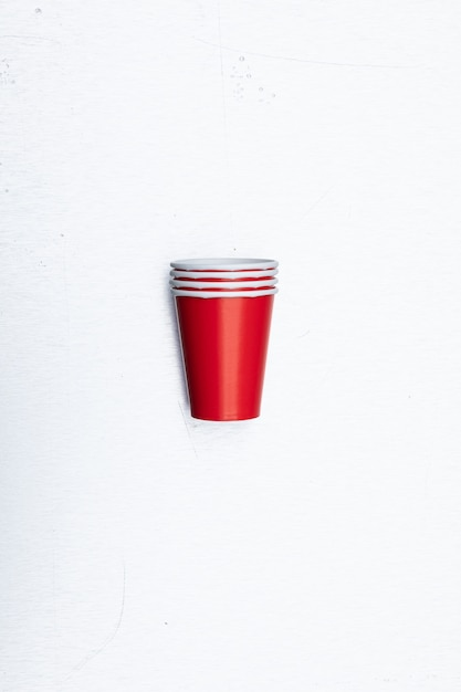 Close-up verticale shot van rode papieren bekers set geïsoleerd op een witte achtergrond Gratis Foto