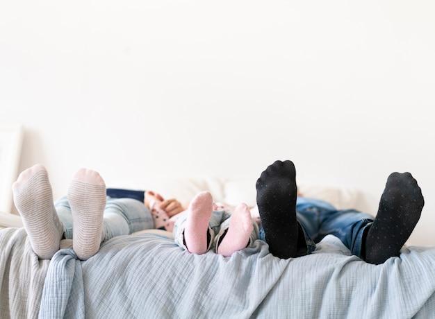 Close-up voetzolen met gekleurde sokken Gratis Foto