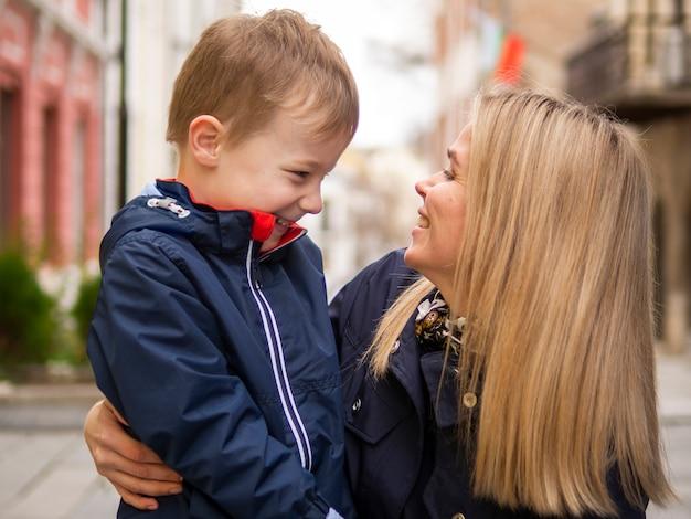 Close-up volwassen moeder en schattige jonge zoon spelen Gratis Foto
