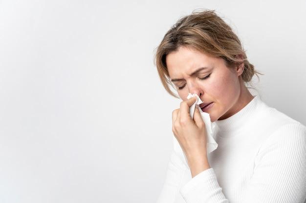 Close-up volwassen vrouw met ziektesymptoom Gratis Foto