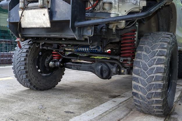Close-up voorwiel en ophanging van de vierwielaangedreven pick-uptruck. Premium Foto