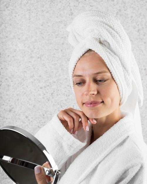 Close-up vrouw in de spiegel kijken Gratis Foto